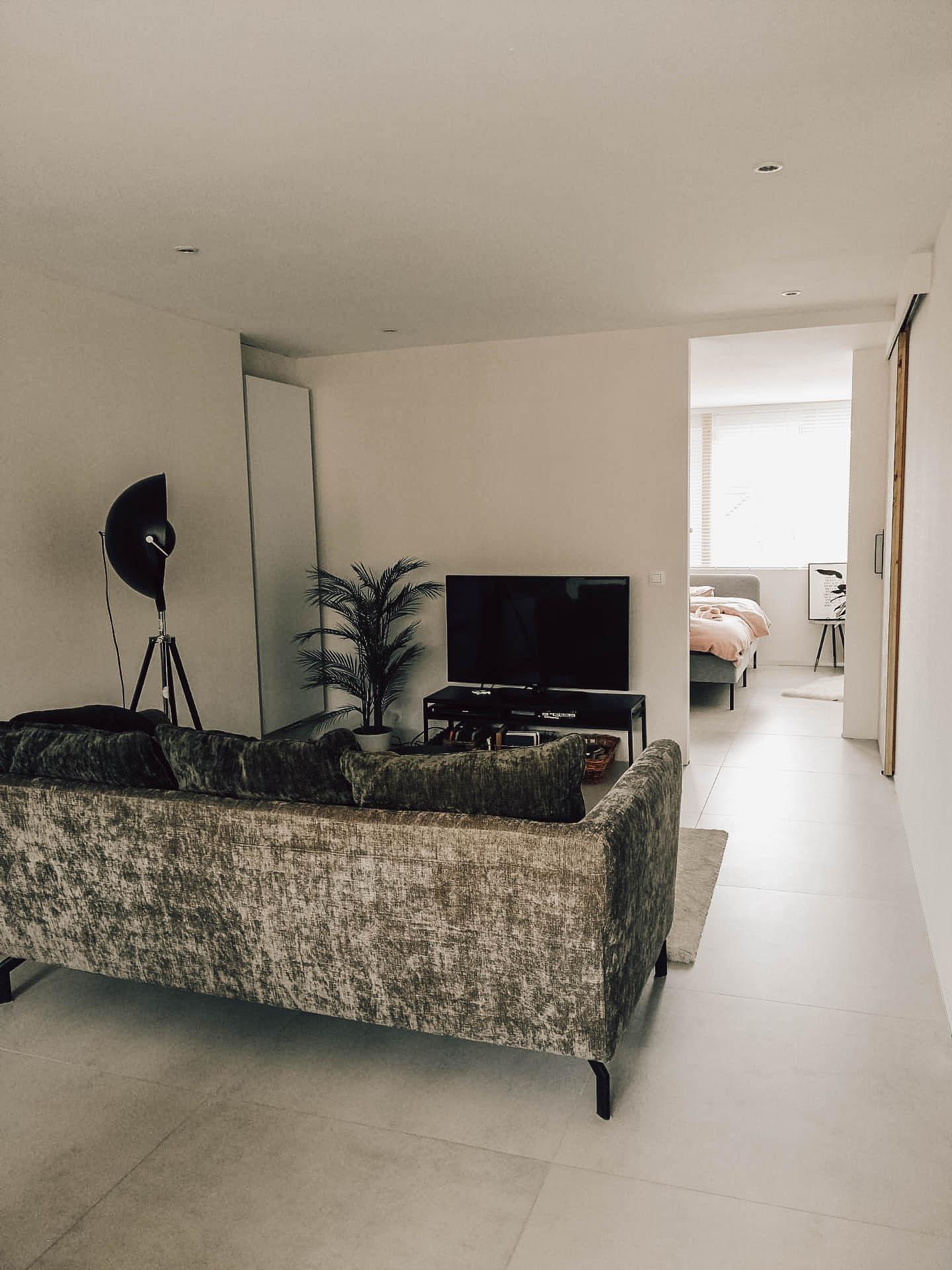 renovatie-interieur-woonkamer-gyproc-vloeren-pleisterwerken-afbraak-radiator-schuifdeur